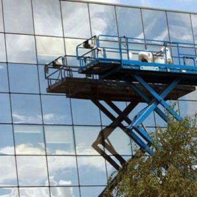 Nettoyage des vitres avec nacelle ciseaux
